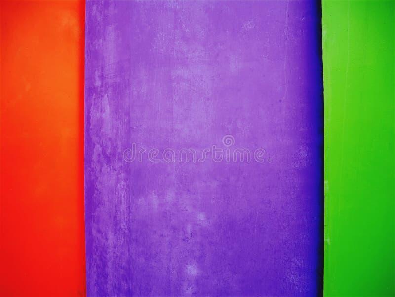 Fundo vermelho, roxo e verde vívido da parede fotografia de stock royalty free