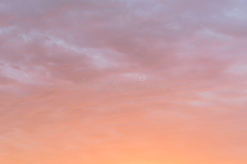 Fundo vibrante da cor da nuvem macia dramática do por do sol fotos de stock