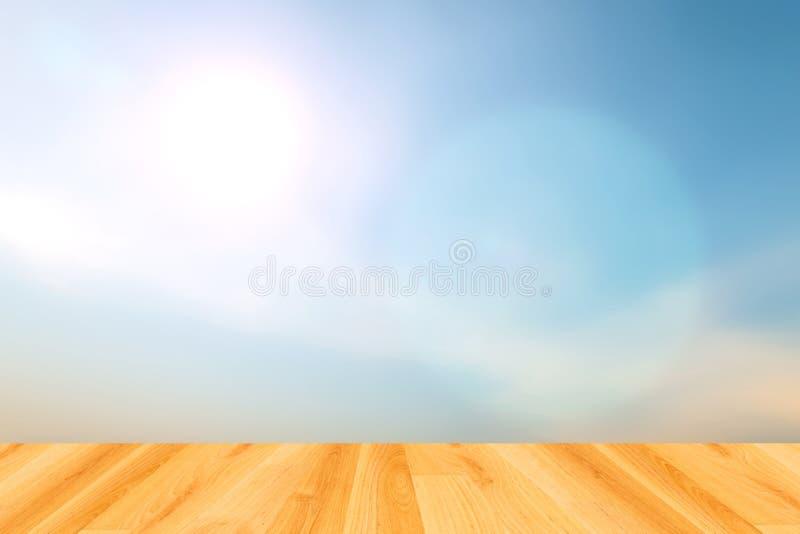 Fundos borrados do céu azul e assoalho de madeira fotografia de stock