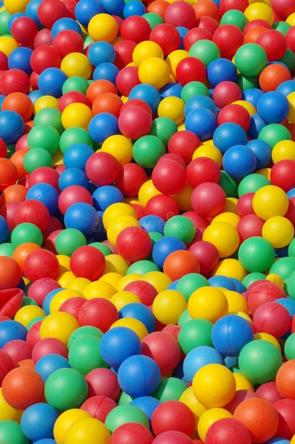 Fundos coloridos plástico das bolas imagem de stock