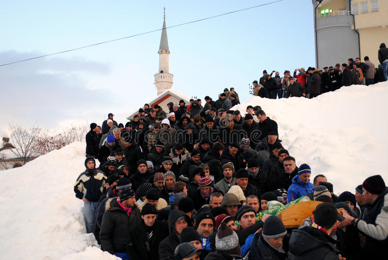 Funeral e enterro de nove membros da família devido à avalancha - Dragash fotos de stock royalty free