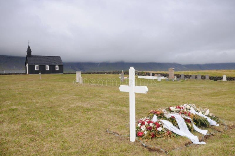 Funeral na igreja de madeira preta em Islândia imagens de stock royalty free