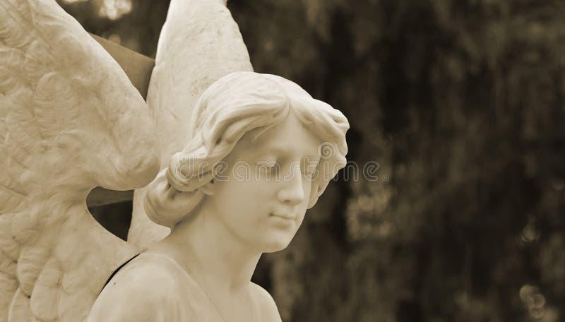 Funerary beeldhouwwerk van een stille engel royalty-vrije stock afbeeldingen