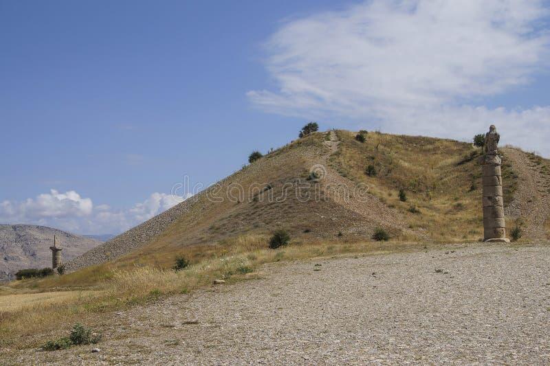 Funerary kolommen en tumulushoop in Karakus royalty-vrije stock foto