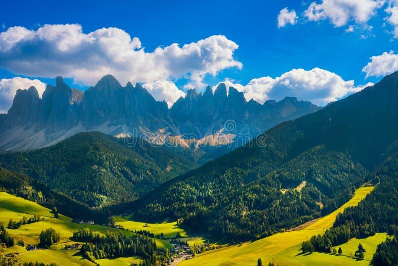 Funes Dolinny widok z lotu ptaka i Odle góry, dolomitów Alps, Ita zdjęcie stock