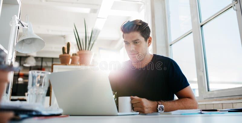 fungerande barn för affärsmandatorbärbar dator royaltyfri foto