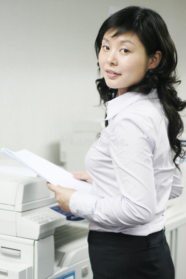fungerande barn för asiatiskt tryck arkivfoton