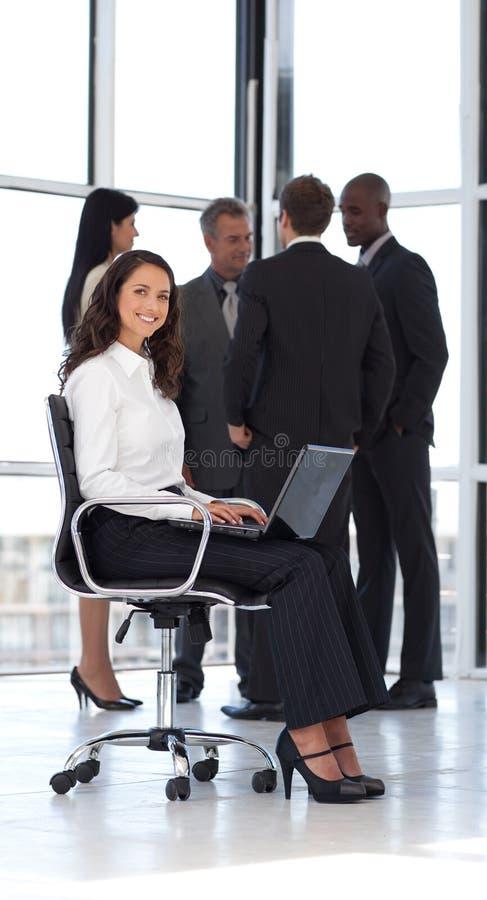 fungerande barn för attraktiv kontorskvinna royaltyfria foton