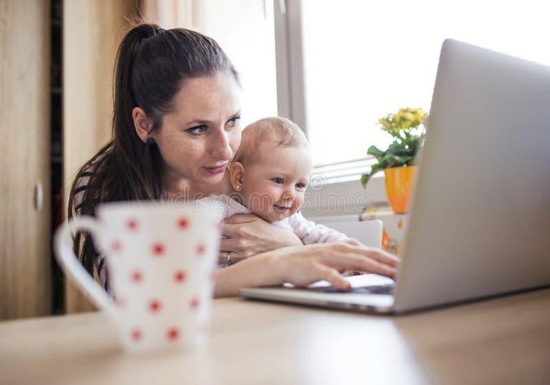 fungerande barn för home moder arkivbilder