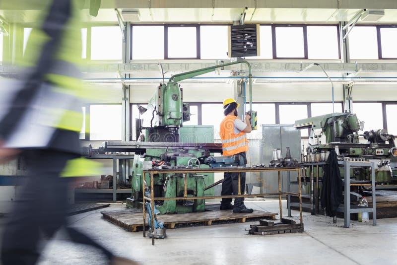 Download Fungerande Maskineri För Manuell Arbetare På Metallbransch Arkivfoto - Bild av industri, caucasian: 78727412