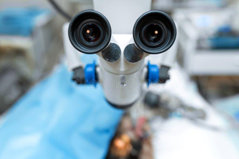Fungerande mikroskopnärbild Sterilt fungerande rum i en veterin?r- klinik F?rbereda sig f?r operationen av hunden _ arkivfoto