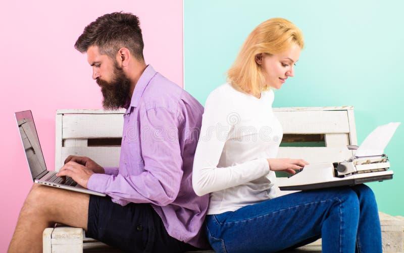 Fungerar den moderna stilfulla bärbara datorn och kvinnan för manarbetsbruk den retro skrivmaskinen Försökny teknik Kan inte få a fotografering för bildbyråer