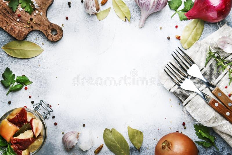 Funghi bianchi salati o marinati in barattolo di vetro con le spezie e le erbe, cucinanti concetto d'inscatolamento dell'alimento immagine stock libera da diritti