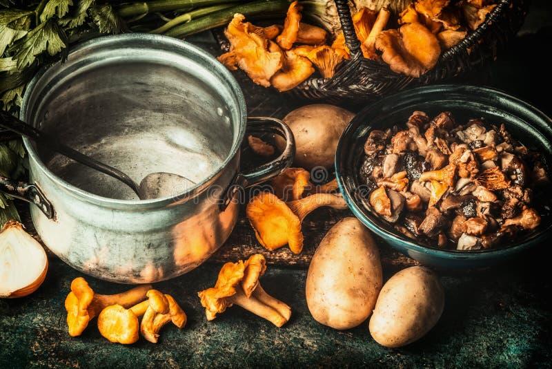 Funghi della foresta, ingredienti e vaso di cottura, preparazione fotografia stock