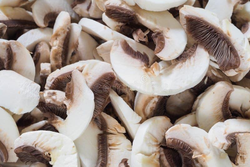 Funghi di bottone bianchi affettati fotografie stock libere da diritti
