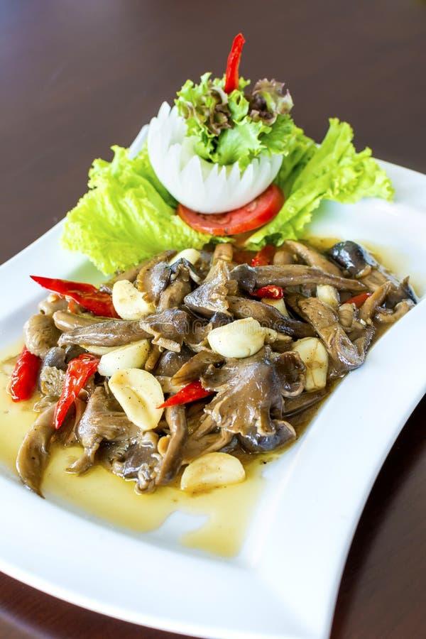 Funghi di Ehedocn fritti con la salsa dell'ostrica l'alimento tailandese delizioso favorito immagini stock libere da diritti