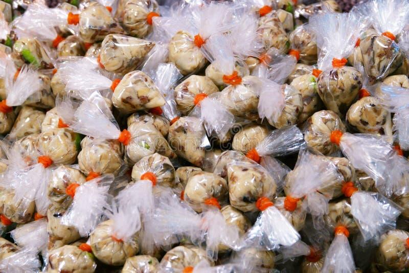 Funghi di Nham nel mercato della Tailandia, carne di maiale acida vegetariana fatta dal fungo cuocere a vapore-FERMENTATO fotografie stock libere da diritti