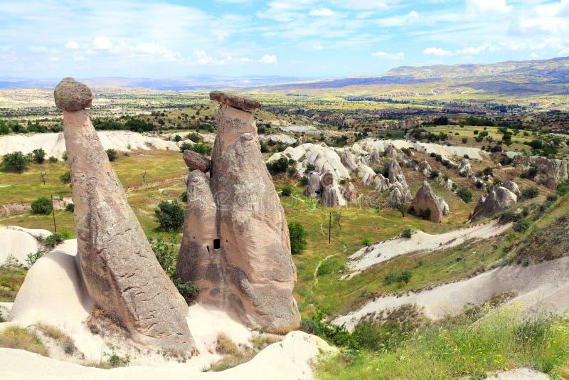 Funghi di pietra leggiadramente di Multihead o del camino, Cappadocia, Turchia fotografia stock libera da diritti
