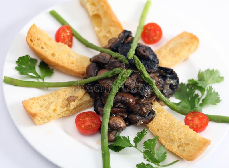 Funghi ed asparago su pane tostato fotografia stock libera da diritti