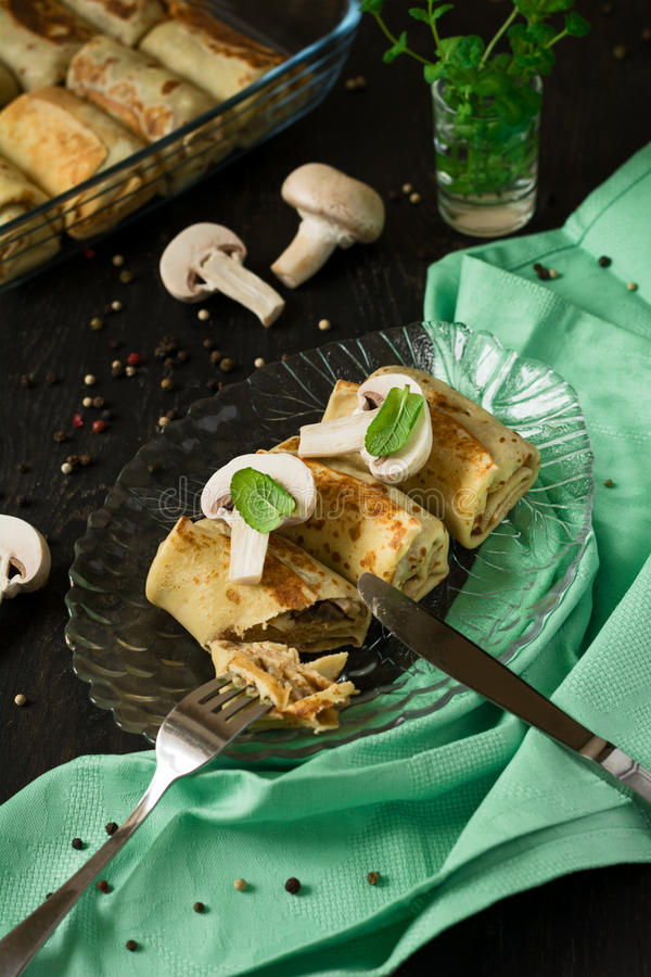 Funghi farciti dei pancake casalinghi immagine stock