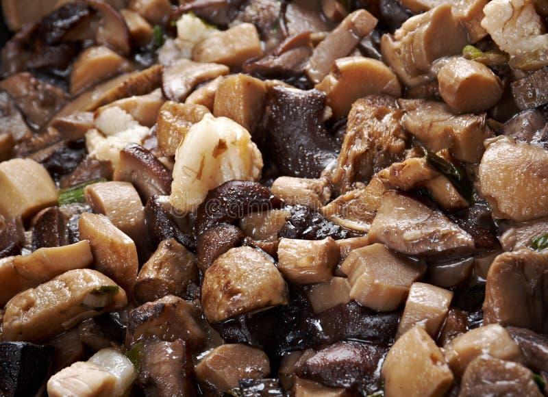 Funghi fritti deliziosi in pentola fotografia stock libera da diritti