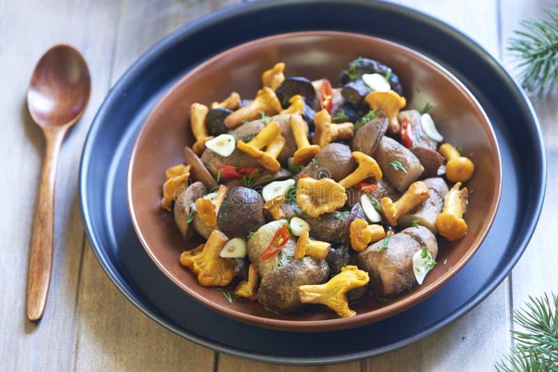 Funghi marinati con le spezie immagine stock