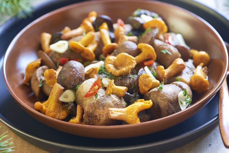 Funghi marinati con le spezie fotografie stock