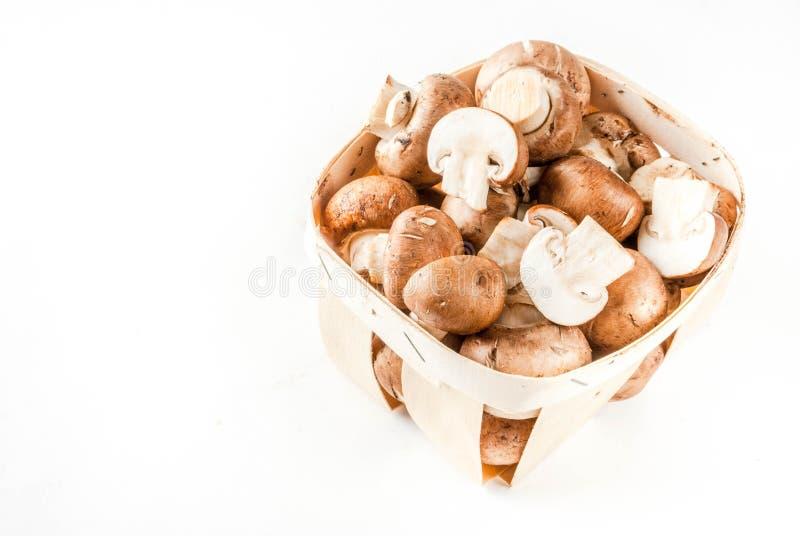 Funghi marroni crudi del taglio ed interi immagini stock libere da diritti