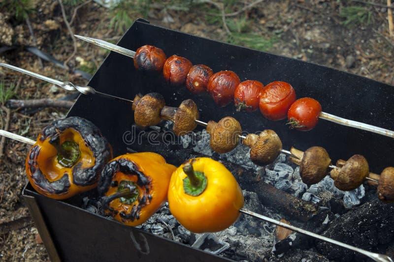Funghi prataioli arrostiti, pomodori e peperoni dolci fotografia stock
