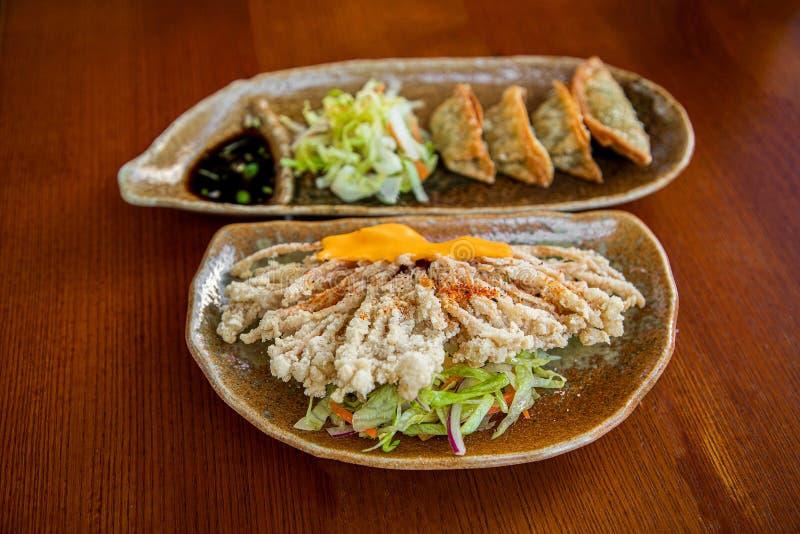 Fungo fritto del enokitake con salsa immagine stock libera da diritti