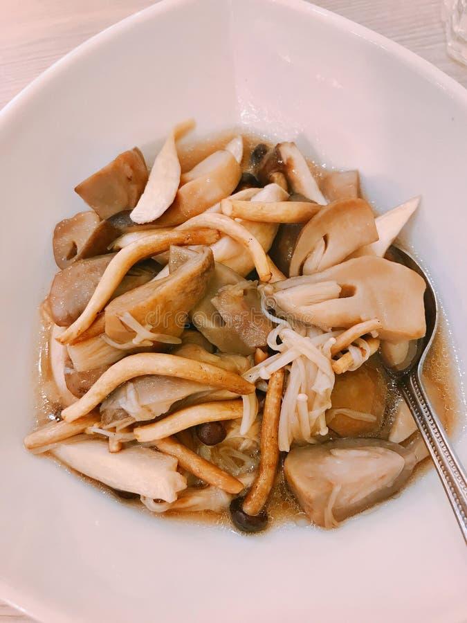 Fungo misto fritto scalpore con la salsa dell'ostrica fotografia stock