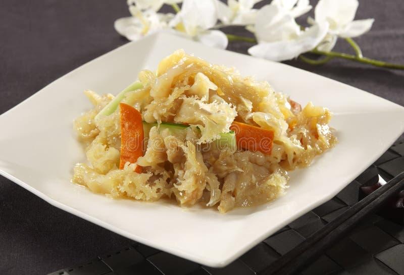 Fungo sauteed della neve con i broccoli e la carota sul piatto bianco immagine stock