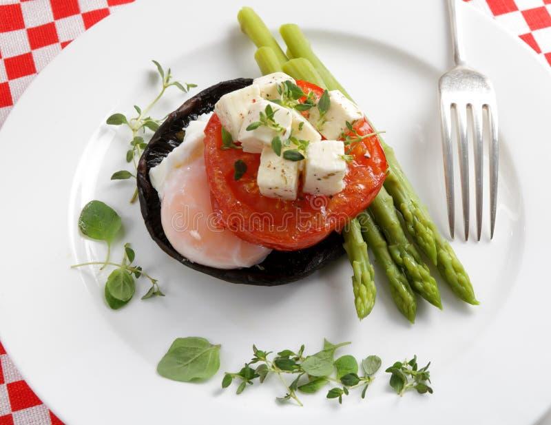 Fungo, uovo, pomodoro ed asparago fotografie stock