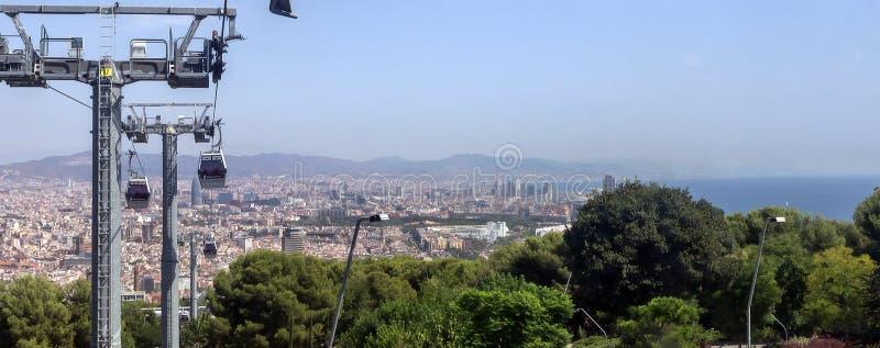 funicolare contro la vista aerea della città e della cabina di funivia di Barcellona fotografie stock libere da diritti