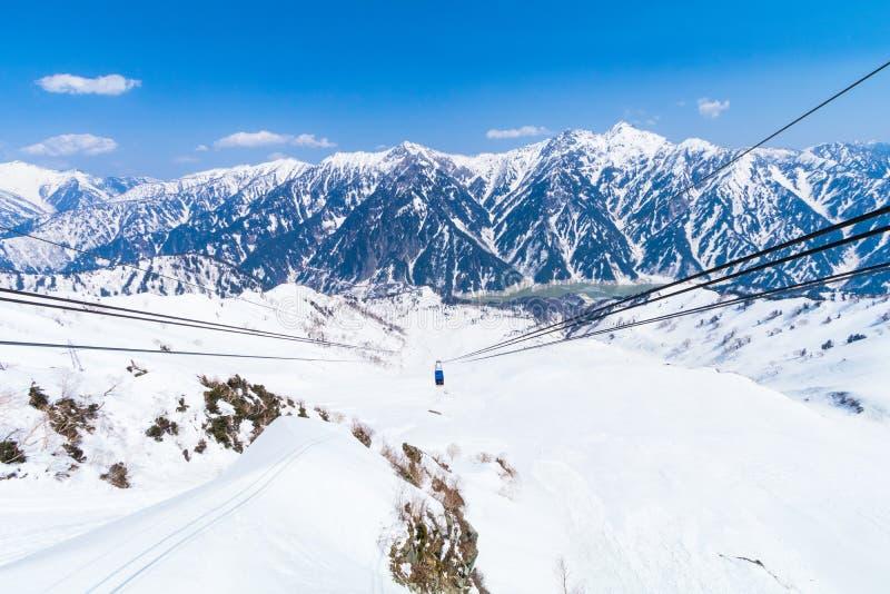 Funiculaire allant à l'itinéraire alpin de Tateyama Kurobe et au MOU de neige images libres de droits