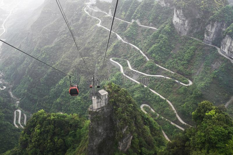Funiculaire au-dessus de route d'enroulement en montagne de Tianmen, Chine photo stock