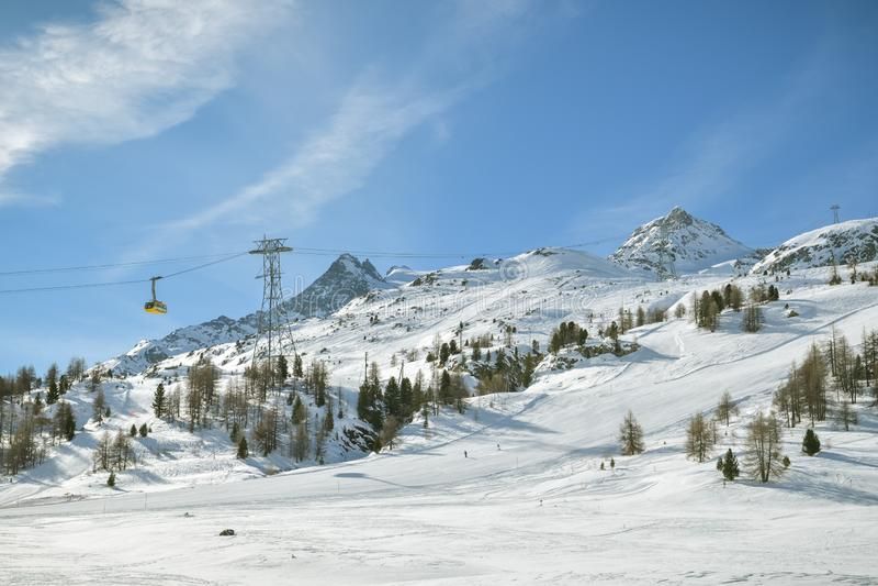 Funiculaire avançant vers Diavolezza dans la station de sports d'hiver de Diavolezza photo libre de droits
