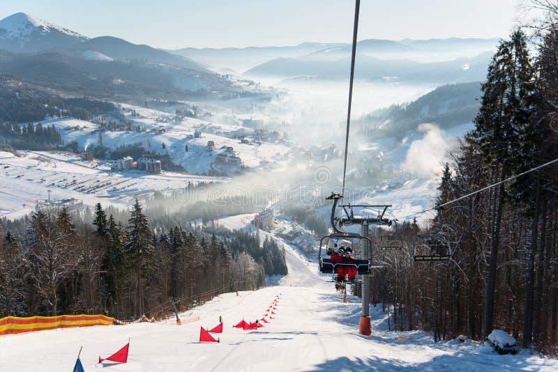 Funiculaire avec des skieurs dans Bukovel au jour ensoleillé image stock