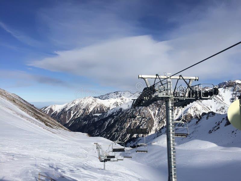 Funiculaire dans les montagnes d'Almaty, Chimbulak images libres de droits