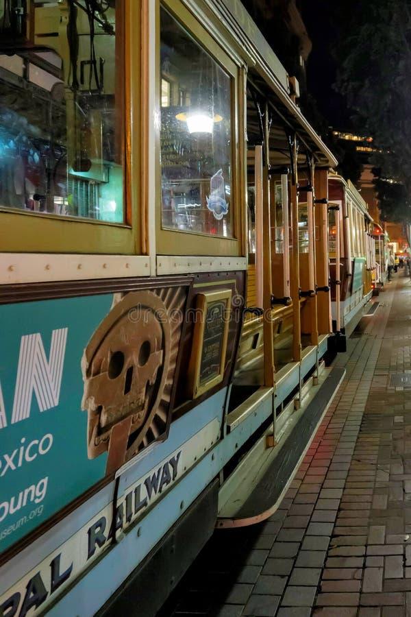 Funiculaire de San Francisco la nuit images libres de droits