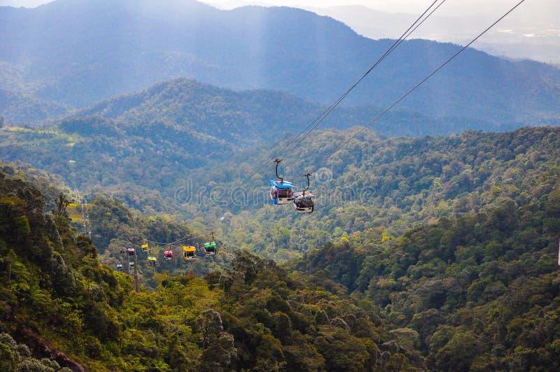Funiculaire de Skyway se déplaçant jusqu'à la crête des montagnes de Genting, Malaisie photo stock