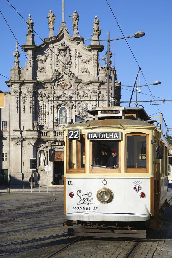 Funiculaire et église à Porto photographie stock libre de droits