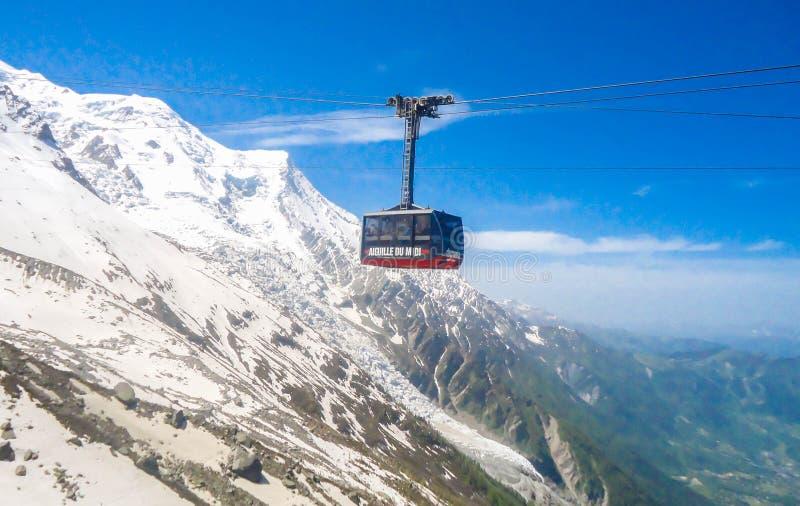 Funiculaire jusqu'à Aguille du Midi près de Chamonix en France image libre de droits