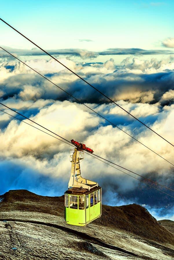 Funiculaire montant jusqu au dessus de la montagne au-dessus des nuages