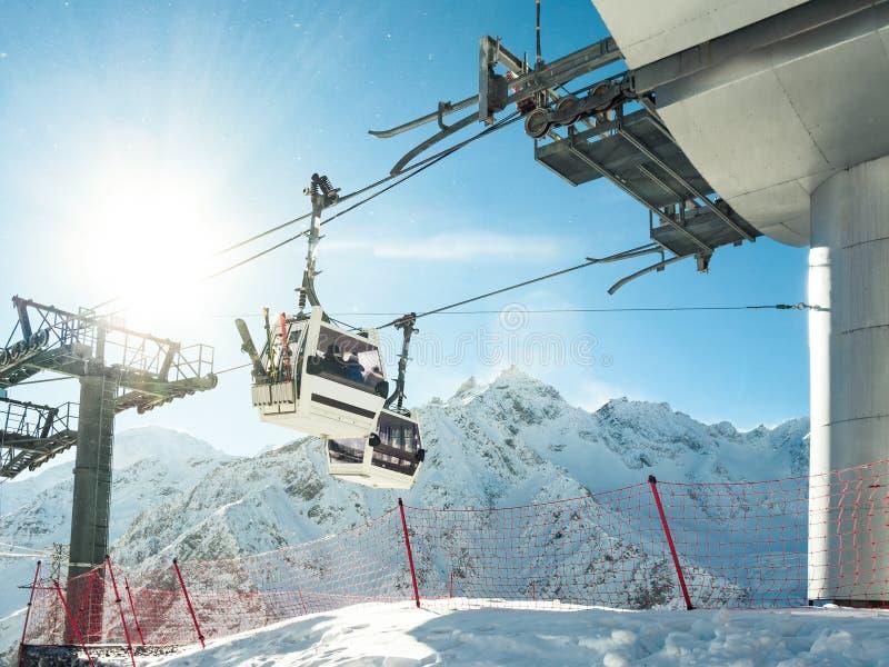 Funiculaire ou funiculaires au fond de montagnes dans la station de sports d'hiver image stock
