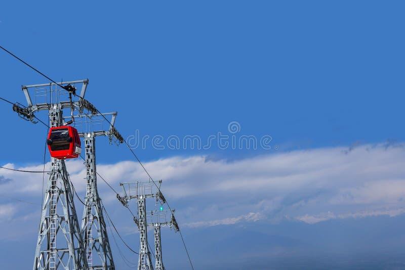 Funiculaire rouge sur le ciel bleu avec le fond de nuage au Cachemire, Ind images stock