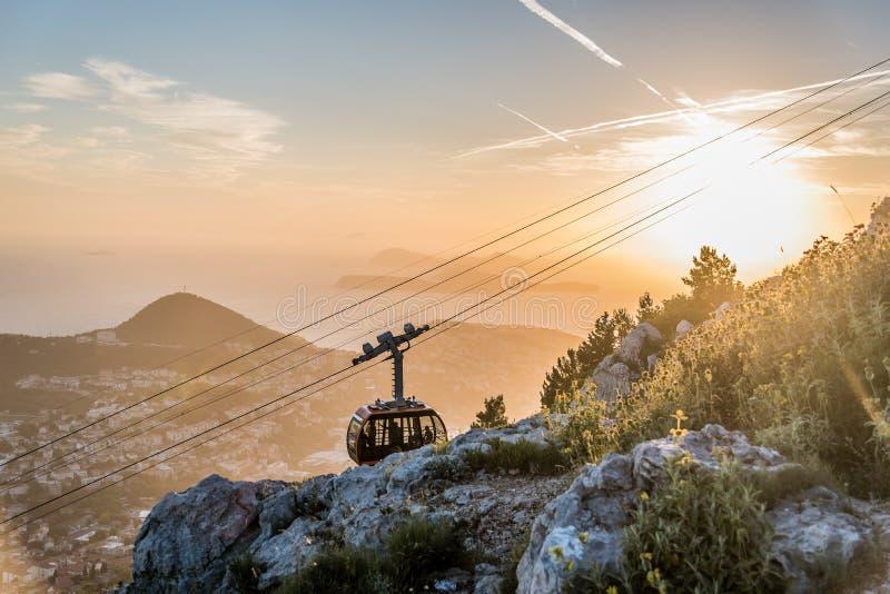 Funiculaire se déplaçant au sommet du bâti Srd, Croatie photographie stock libre de droits