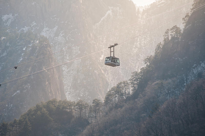 Funiculaire sur le fond de haute montagne image libre de droits