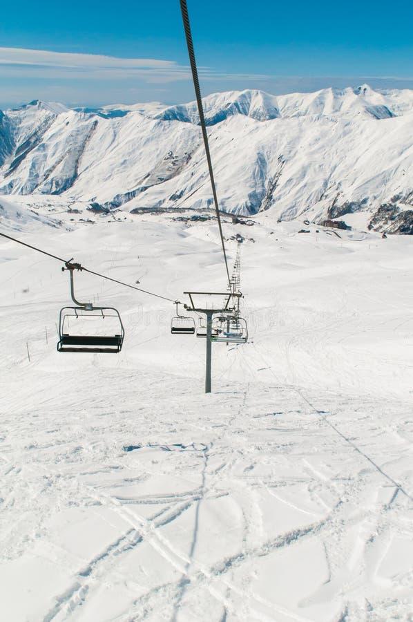 Funicular en estación de esquí durante invierno imagen de archivo