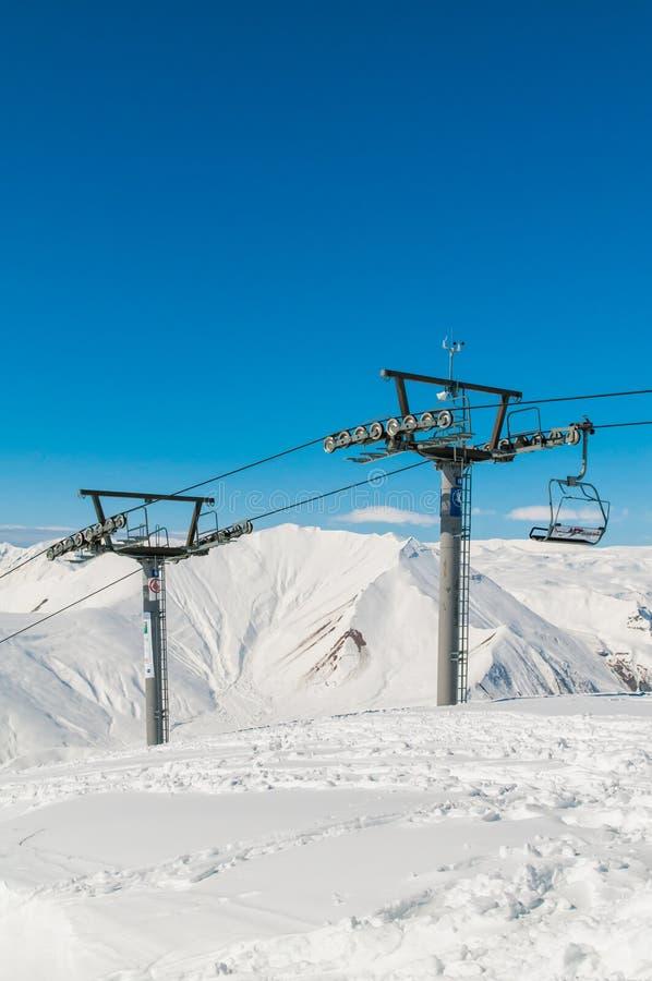 Funicular en estación de esquí durante invierno imagenes de archivo